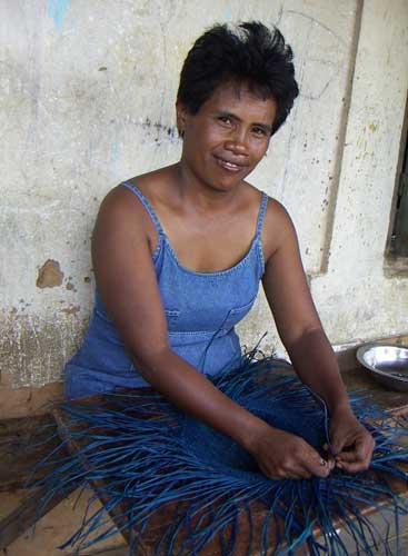 hantverkare designer och hattmakare på den afrikanska landsbygden