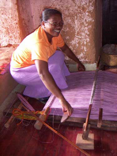 Soltorkade palmblad vävs. Hantverkstradition för hållbar utveckling.