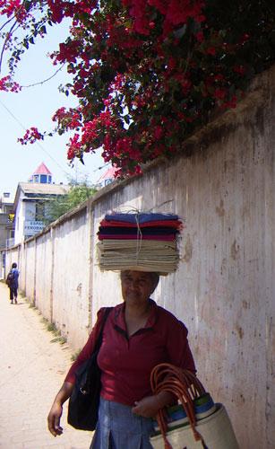 hantverkaren med det handvävda materialet för väsktillverkning