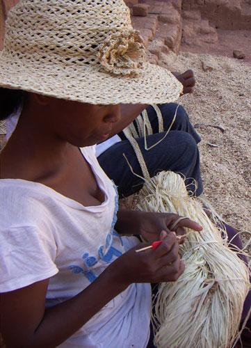 hantverkaren och hennes hatt med virkad blomma