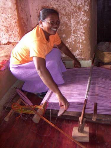 handvävning av raffia palm blad